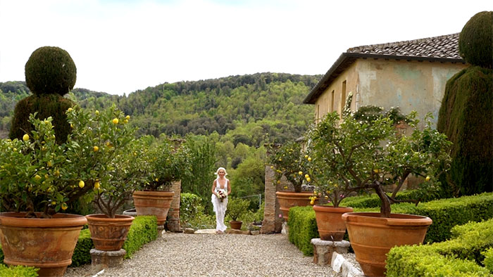 Vow renewal in Tuscany italy - Bride arrival