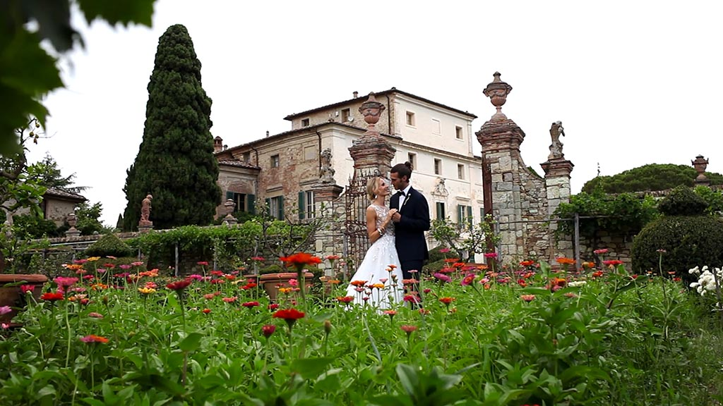 Elopement in Tuscany - The bride and groom with a view of the wonderful Villa di Geggiano