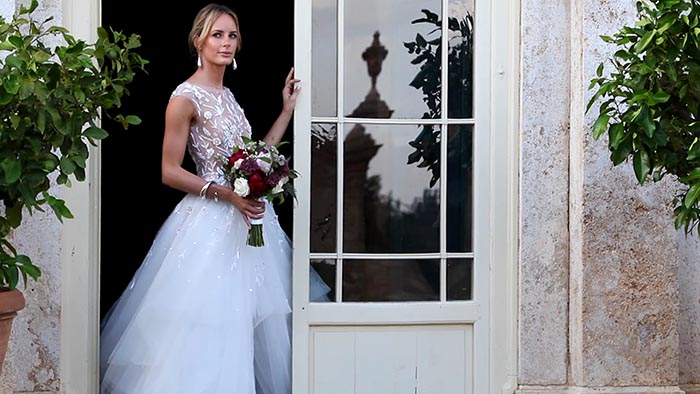 Elopement in Tuscany - The beautiful bride at the door of Villa di Geggiano