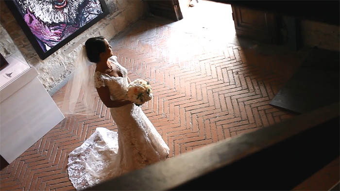 Tuscany wedding videographer: Gina waiting her father before to walking the aisle